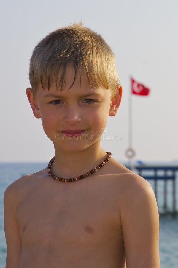 Junge nahe dem Meer stockbilder