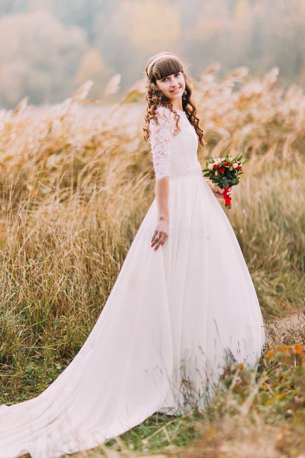Junge naive Braut, die draußen aufwirft Nettes reizend Mädchen mit Forest Hills auf Hintergrund lizenzfreie stockfotos