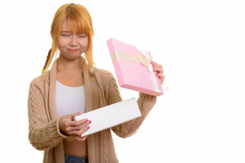 Junge nette Asiatinöffnungsgeschenkbox, die enttäuscht schaut stockfoto
