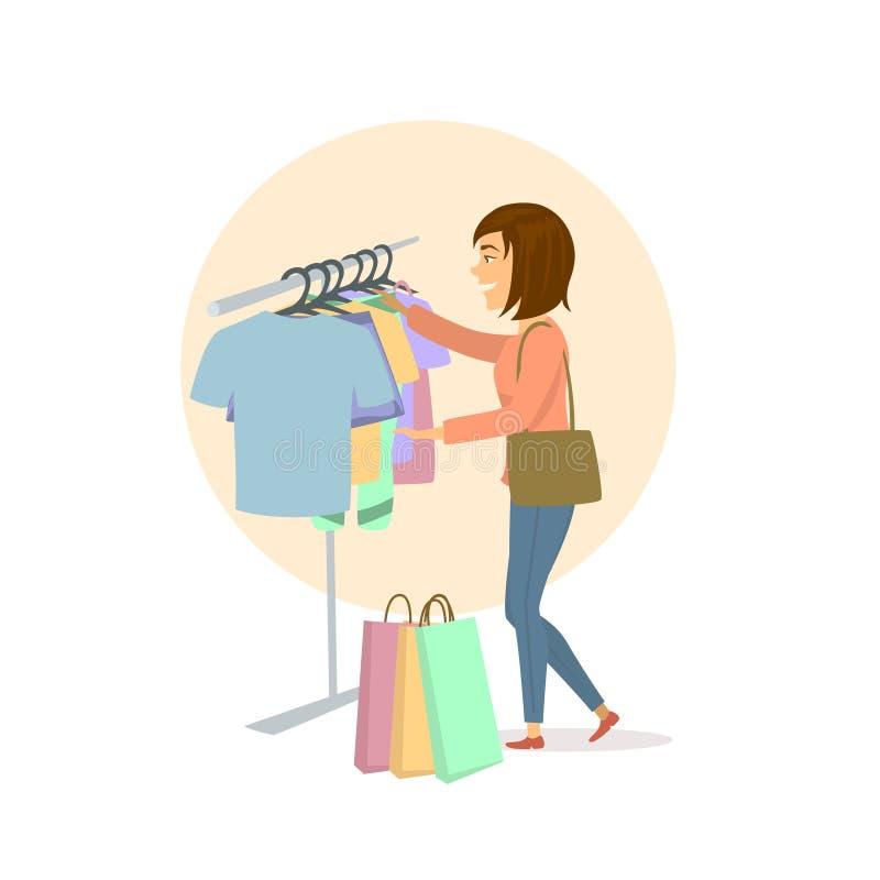 Junge nette aufgeregte Frau, welche die Kleidung, kaufend im Mall wählt lizenzfreie abbildung