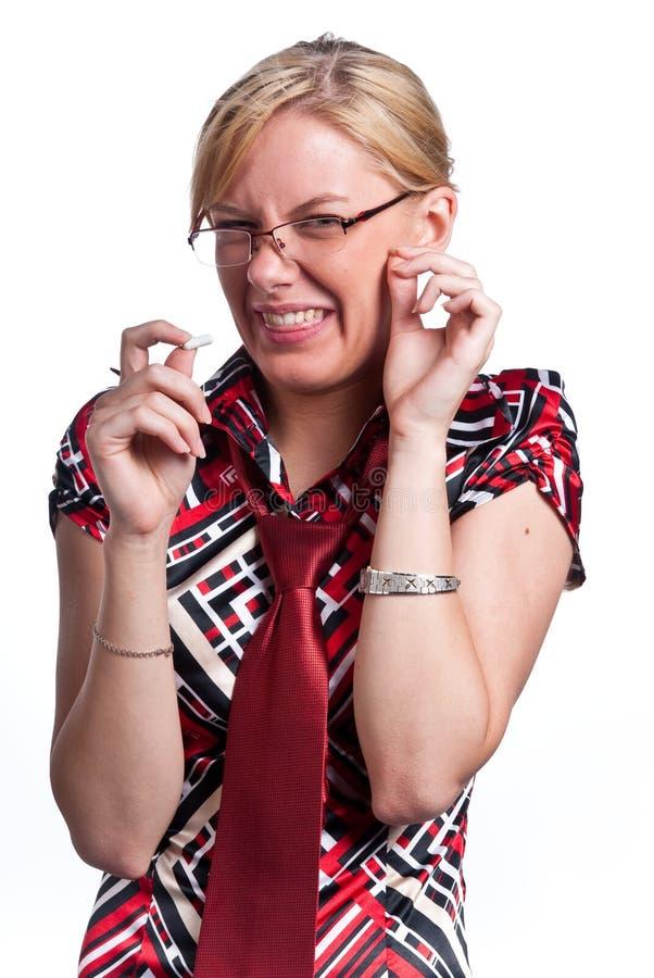 Junge nette Frau, die eine Tablette nimmt. lizenzfreie stockfotografie