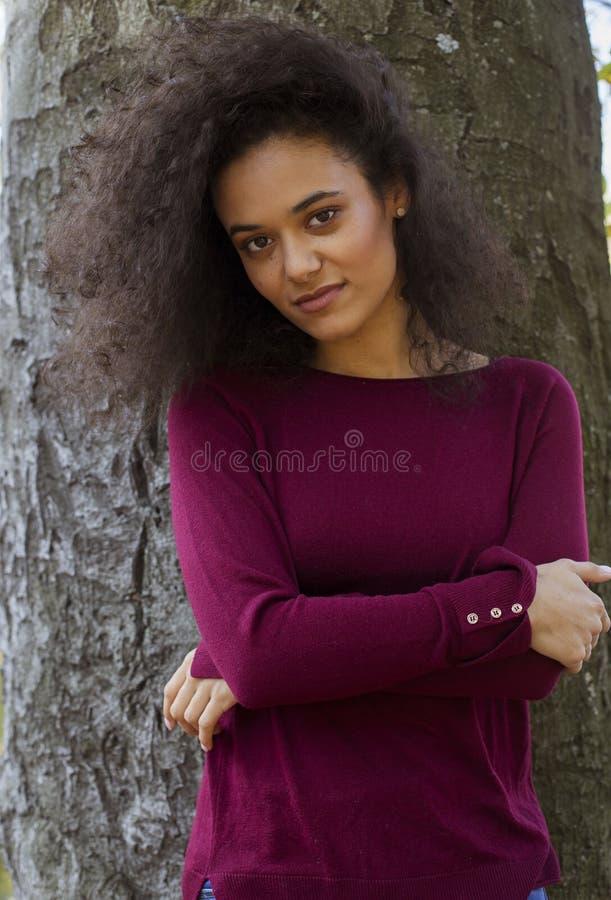 Junge nette Frau, die zu einer Kamera l?chelt lizenzfreie stockfotos