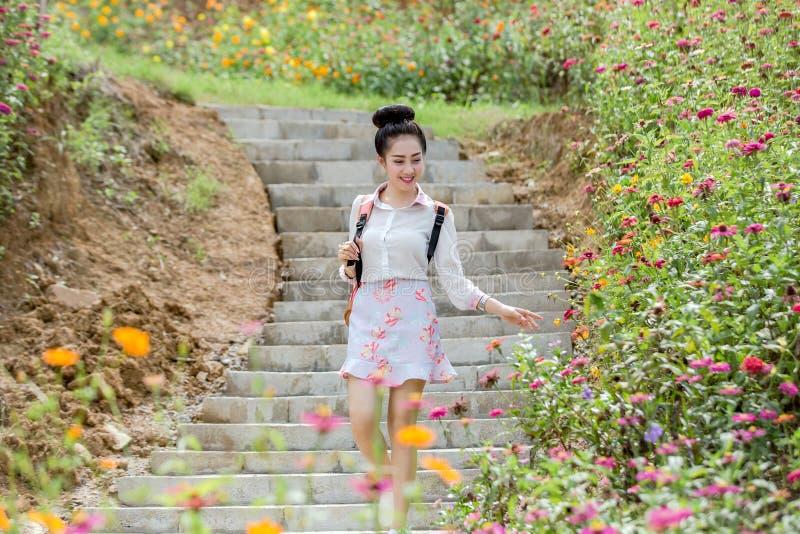 Junge nette Frau mit Blume stockbilder