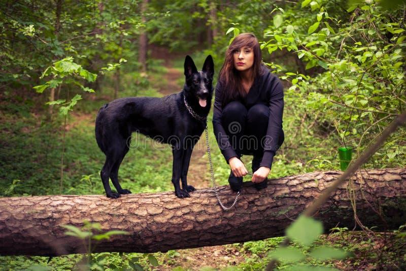Junge nette Frau mit Hund im Wald lizenzfreies stockfoto