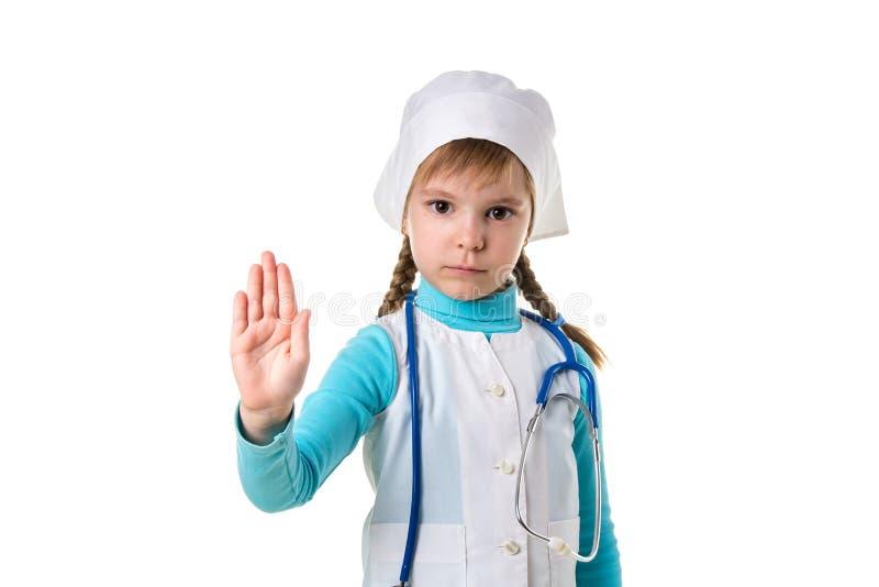 Junge nette weibliche Krankenschwester über dem lokalisierten Hintergrund, der Halt tut, mit Palme der Hand zu singen Warnender A stockbild