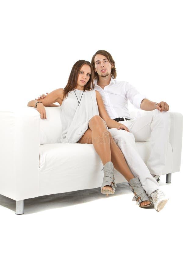 Junge neue europäische Paare auf Sofa lizenzfreie stockfotos