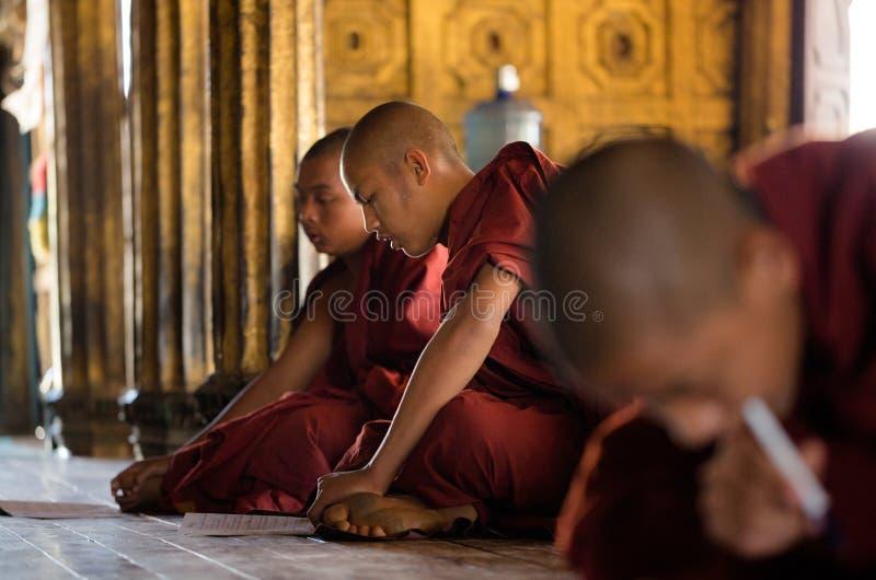 Junge nicht identifizierte buddhistische Mönche, die in der Klosterschule Shwe Yan Pyay lernen stockbild