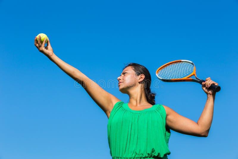 Junge niederländische Frau mit Tennisschläger und -ball lizenzfreie stockfotos
