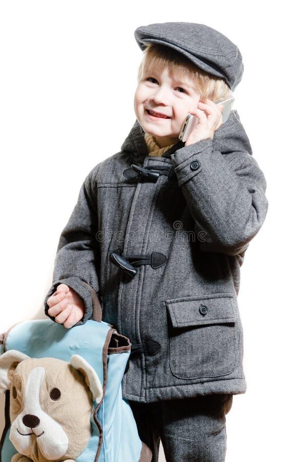 Junge oder Kind, die auf dem glücklichen Lächeln des Handys sprechen lizenzfreie stockfotos