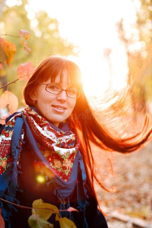 Junge optimistische Frau mit dem langen schönen Haar stockfoto