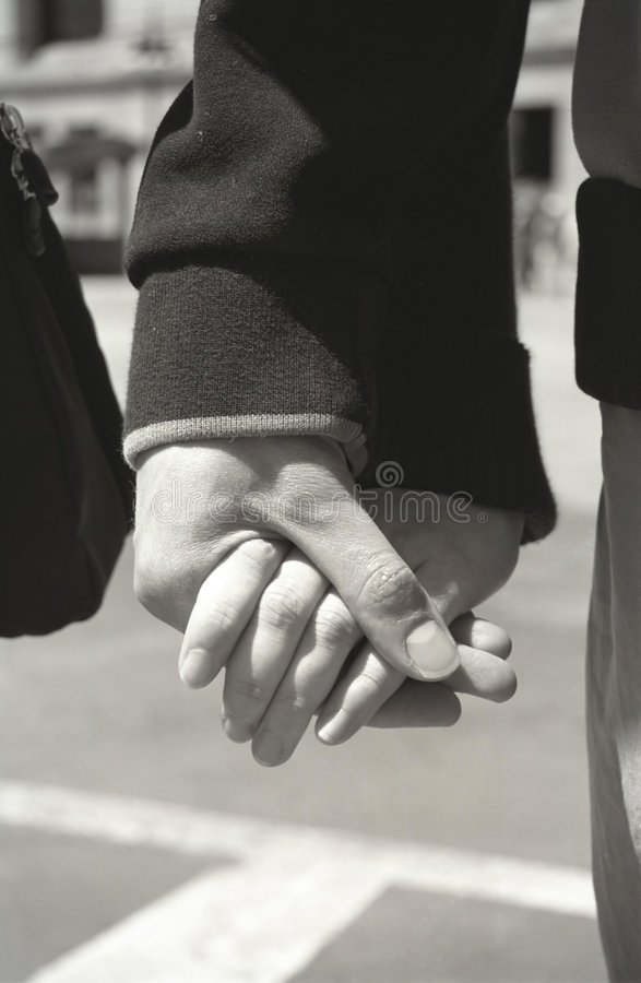 Junge Paar-Holding-Hände lizenzfreie stockfotos