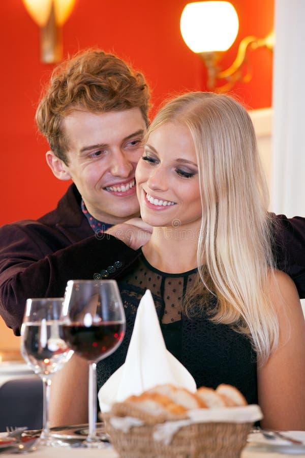 Junge Paar-süße Momente während des Abendessen-Datums lizenzfreie stockfotografie