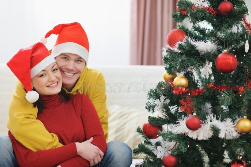Junge Paarausgabe Weihnachtszeit zusammen lizenzfreie stockbilder