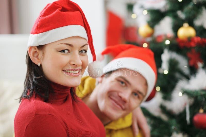 Junge Paarausgabe Weihnachtszeit zusammen stockfotos