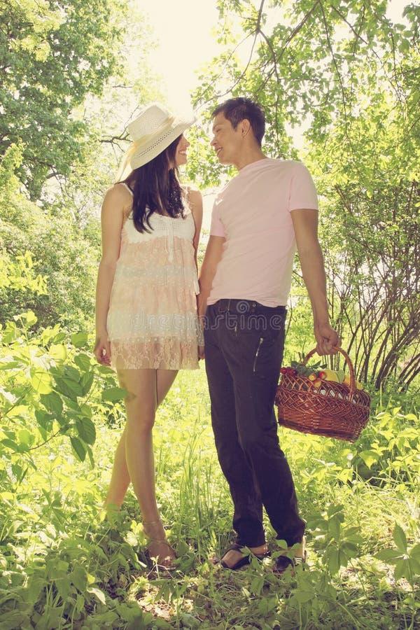 Download Junge Paare stockbild. Bild von aktivität, gras, kaukasisch - 27728401