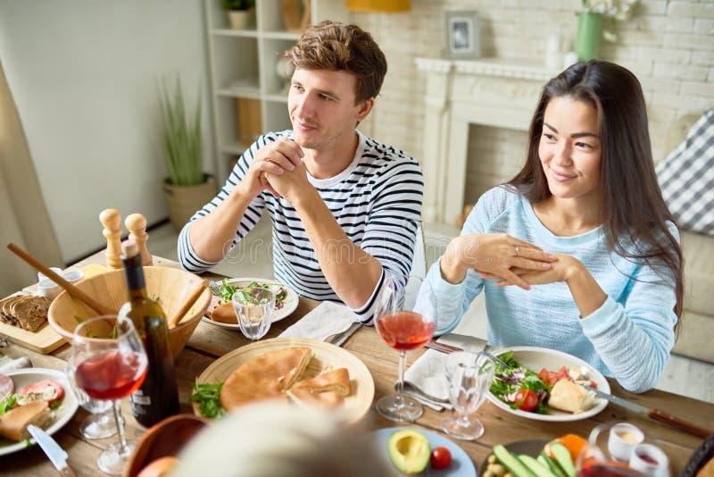 Junge Paare am Abendtische lizenzfreie stockfotos