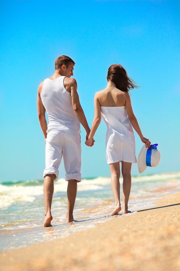 Junge Paare auf dem Strand stockfotografie