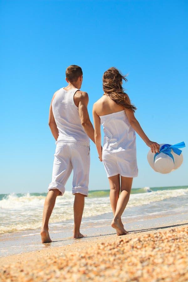 Junge Paare auf dem Strand stockfotos
