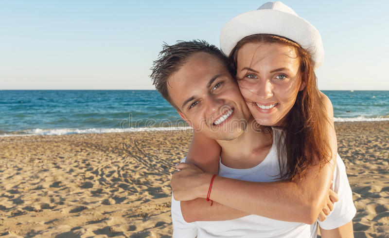 Junge Paare auf dem Strand lizenzfreies stockbild