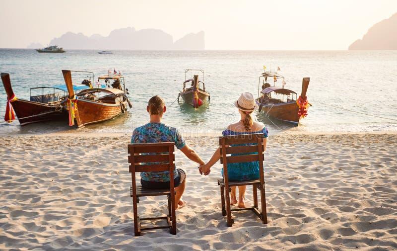 Junge Paare auf dem Strand in Thailand lizenzfreies stockfoto