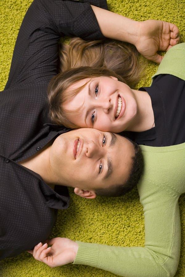 Junge Paare auf dem Teppich stockfotografie