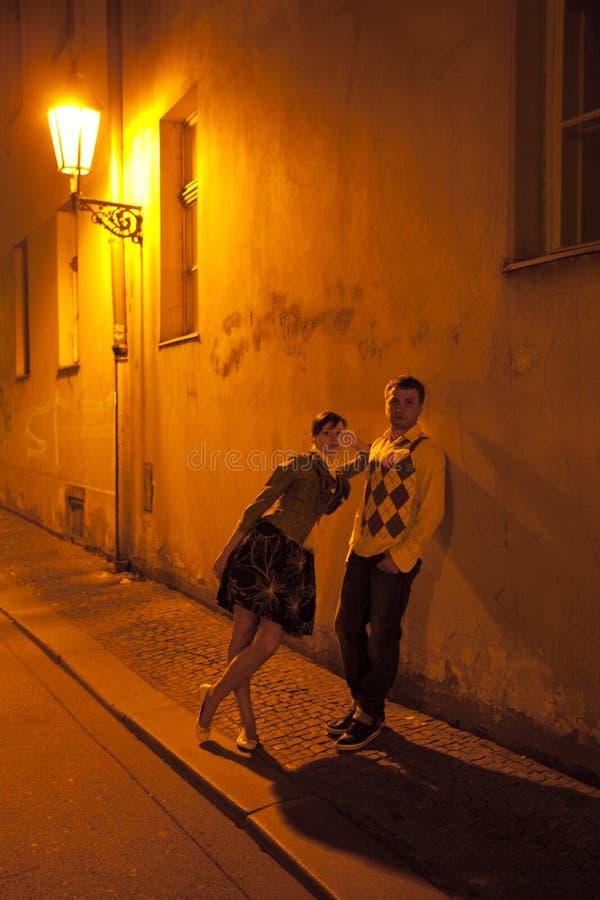 Junge Paare auf den Straßen des Prag-Nachtlebens lizenzfreie stockfotografie