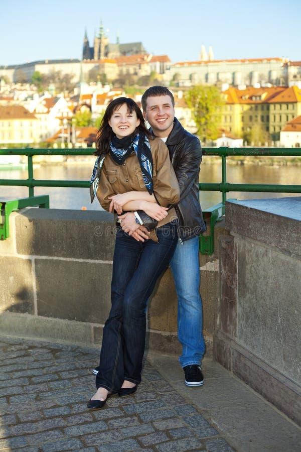 Junge Paare auf der Charles-Brücke auf den Skylinen stockfoto