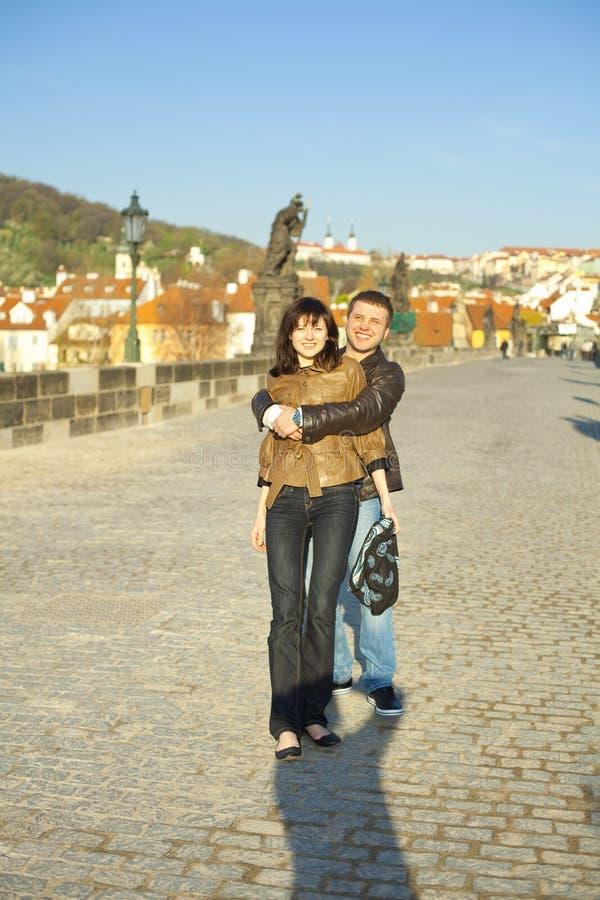 Junge Paare auf der Charles-Brücke auf den Skylinen stockbilder