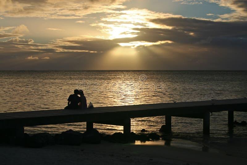 Junge Paare auf einem Pier in Tahiti lizenzfreie stockbilder