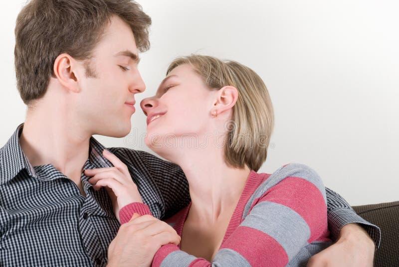 Junge Paare auf einer Couch stockfotografie