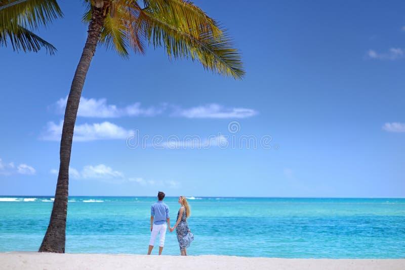 Junge Paare auf einer Tropeninsel lizenzfreies stockfoto