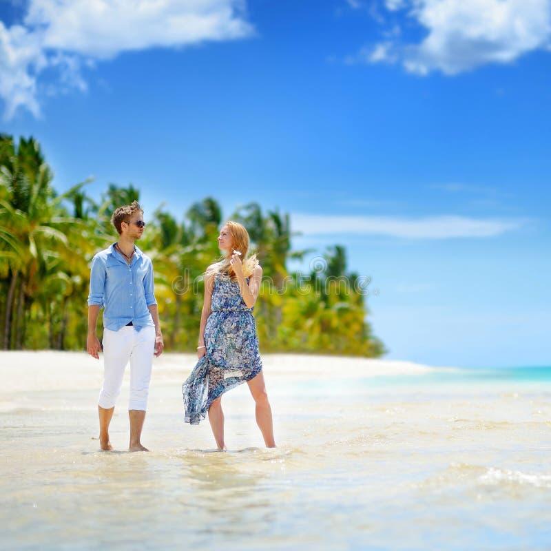 Junge Paare auf einer Tropeninsel stockbild