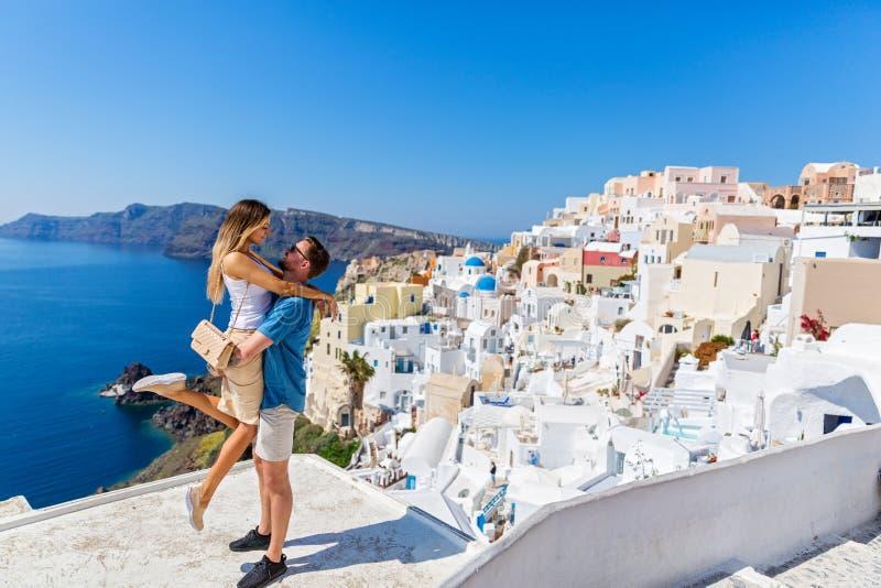 Junge Paare auf Insel von Santorini lizenzfreies stockbild