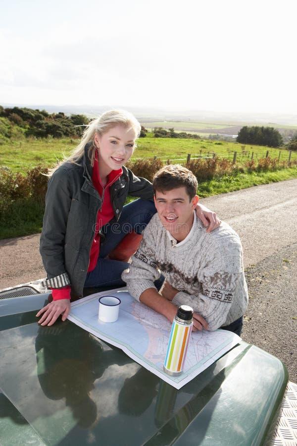 Junge Paare auf Landlaufwerk lizenzfreies stockfoto