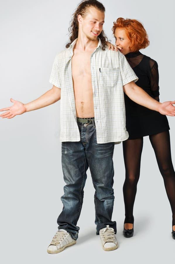 Junge Paare auf normalem Hintergrund lizenzfreies stockfoto