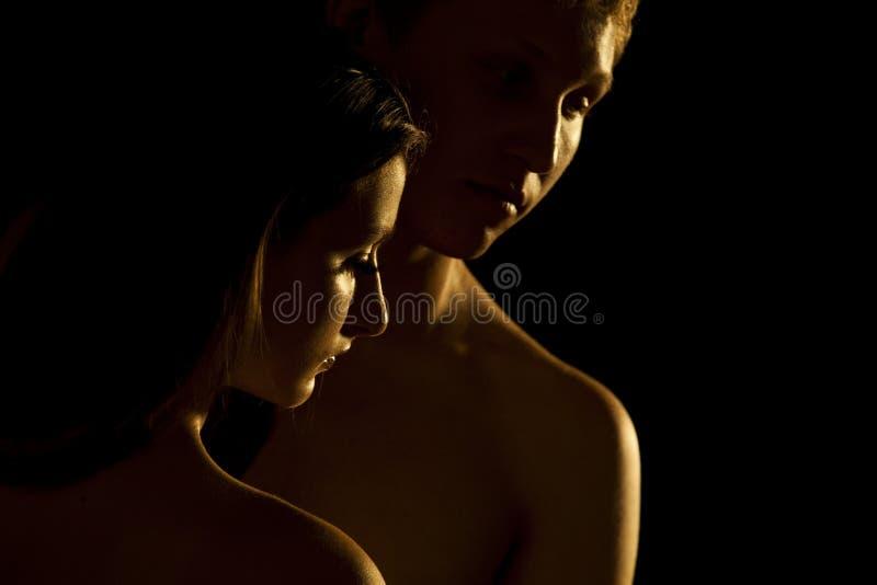 Junge Paare, auf Schwarzem stockbilder