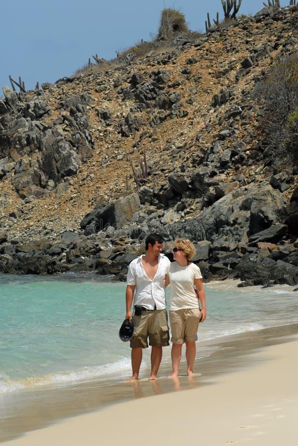 Junge Paare auf Strand lizenzfreies stockbild
