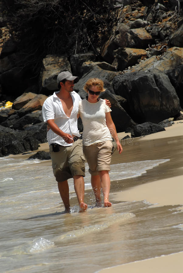 Junge Paare auf Strand lizenzfreie stockbilder
