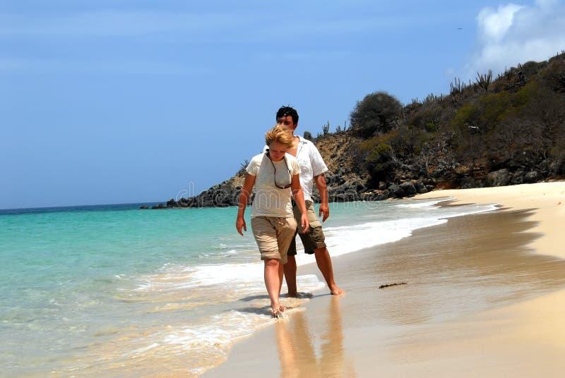Junge Paare auf Strand lizenzfreie stockfotografie