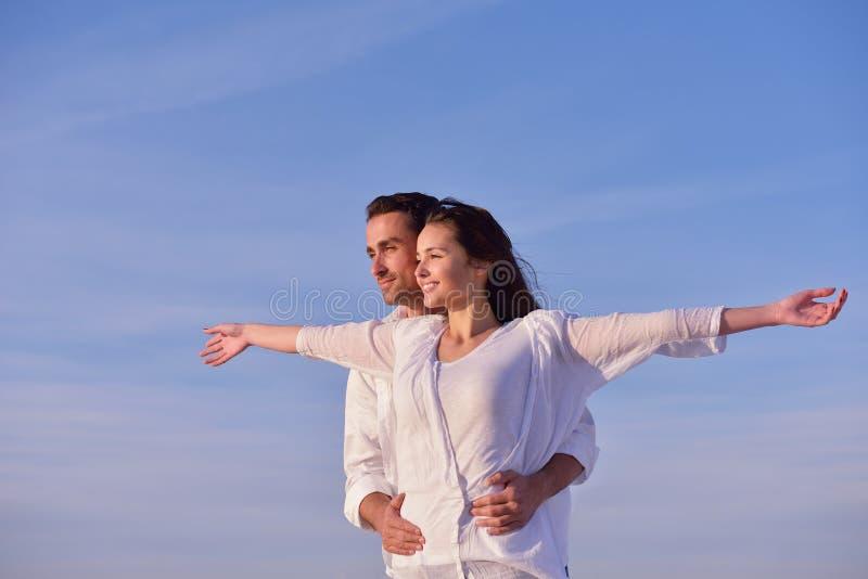 Junge Paare auf Strand haben Spaß stockfotos