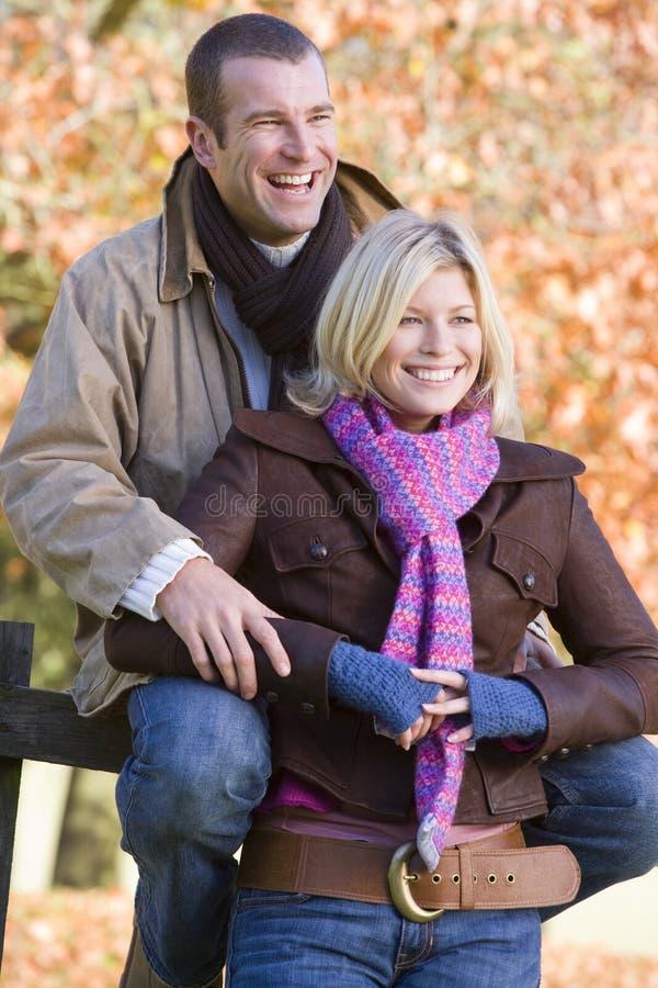 Junge Paare auf Weg zusammen stockfotos