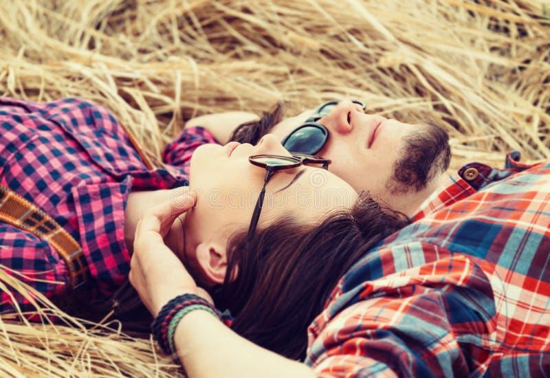 Junge Paare in den Liebesresten lizenzfreie stockfotos