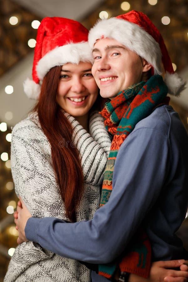 Junge Paare in den Sankt-Hüten stockfoto