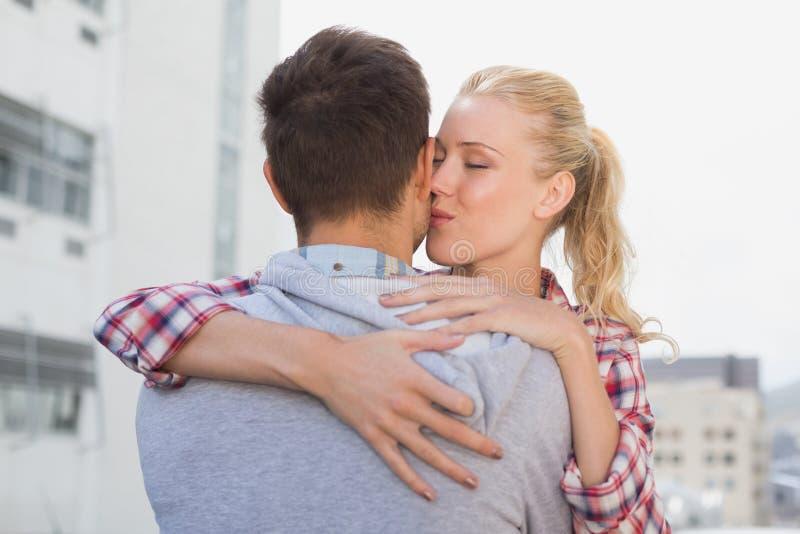 Junge Paare Der Hüfte, Die Mit Der Frau Küsst Seine Backe