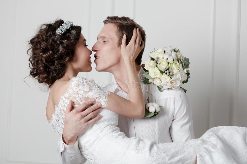Junge Paare in der Hochzeit stockfotografie