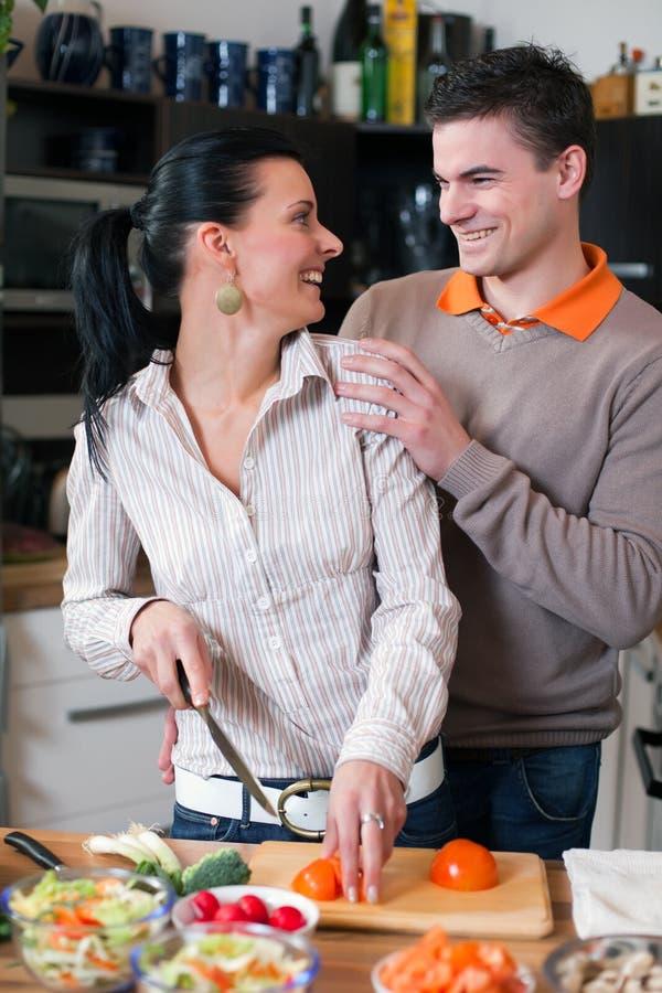 Junge Paare in der Küche stockbilder