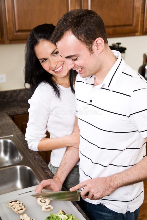 Junge Paare in der Küche lizenzfreie stockfotos