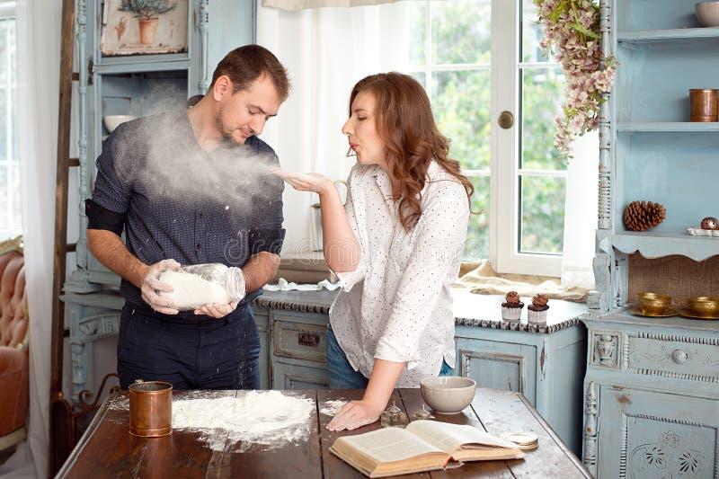 Junge Paare in der Küche, die mit Mehl spielt lizenzfreie stockbilder
