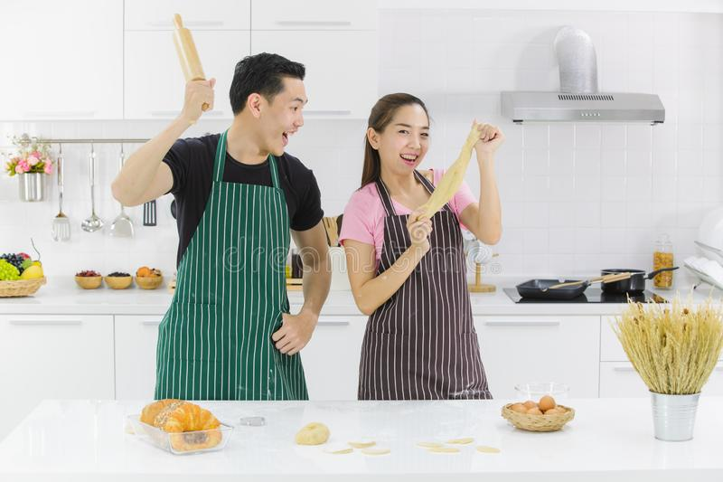 Junge Paare in der K?che lizenzfreie stockfotos