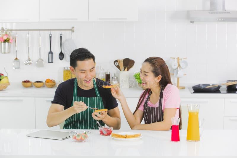 Junge Paare in der K?che lizenzfreie stockfotografie